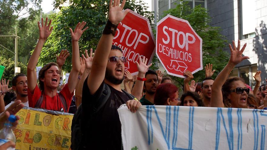 Miembros de una plataforma 'Stop Desahucios' durante una protesta.