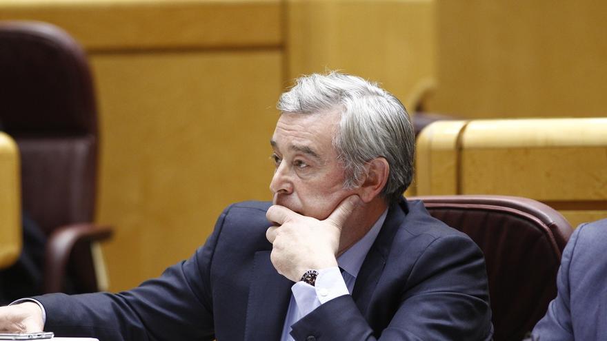El portavoz del PP en el Senado respeta que Barberá siga en su escaño y recuerda que otros imputados también lo hacen