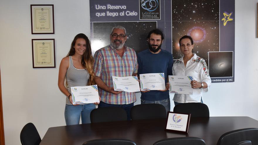 Antonio San Blas junto a los estudiantes y la profesora.