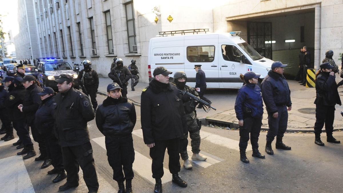 """Fuerte custodia en Tribunales otros posibles objetivos de atentados por parte de la banda """"Los Monos""""."""