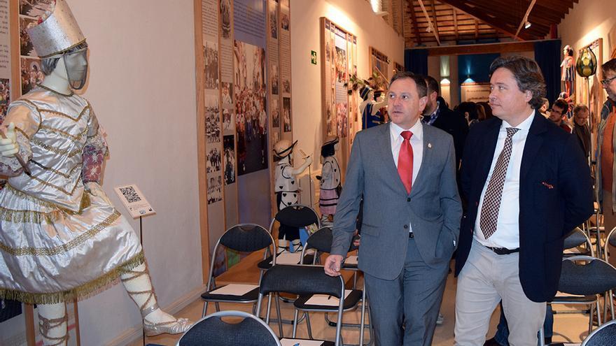 El conseller de Gobernación, Luis Santamaría, durante una visita a Algemesí