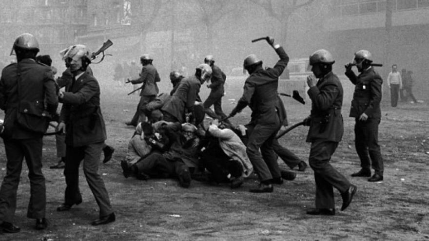 Carga policial durante una manifestación en Barcelona, 1976. (Dominio Público).