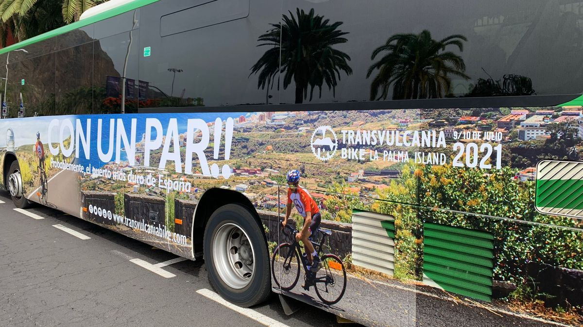 Publicidad de 'Transvulcania Bike' en una guagua.