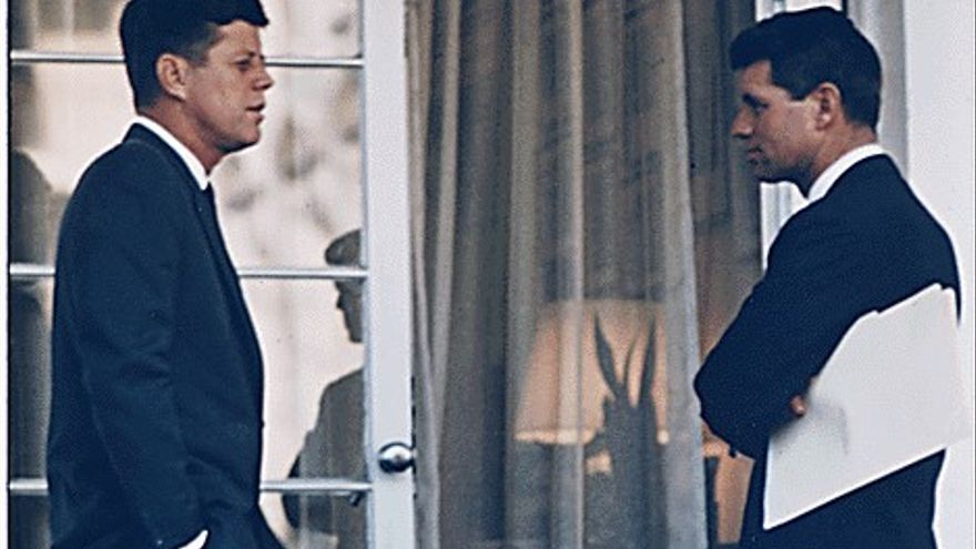 El presidente Kennedy con el fiscal general Robert F. Kennedy frente al Despacho Oval.