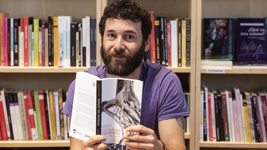 Miguel Ángel Chica en la presentación del libro 'Cántabros con historia' en la librería La Vorágine. | JOAQUÍN GÓMEZ SASTRE