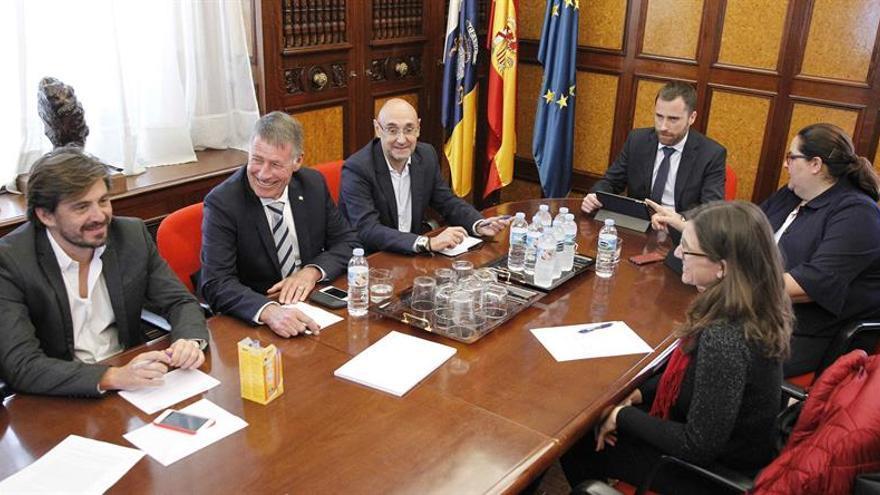 El consejero de Turismo, Cultura y Deportes del Gobierno de Canarias, Isaac Castellano (3d), se reunió con las patronales del sector turístico para debatir el borrador del nuevo decreto del alquiler vacacional.