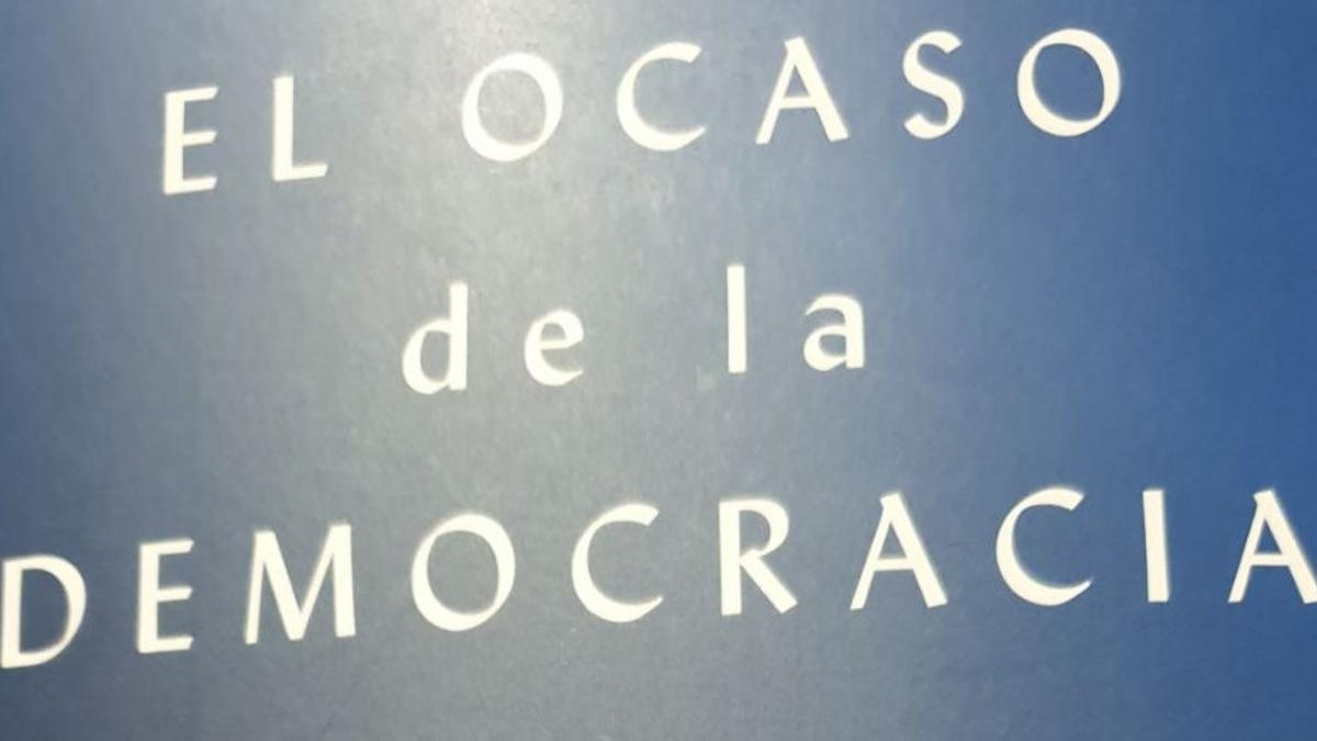 Anne Applebaum analiza el avance del autoritarismo en 'El ocaso de la democracia'.