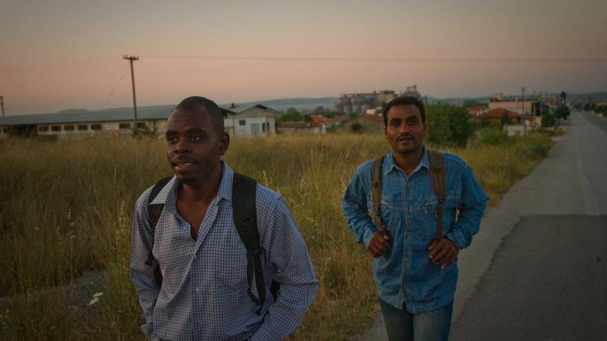 Dos hombres de Eritrea, recién llegados a Grecia, desde Turquía, tras cruzar a nado el río Évros © Bradley Secker / Demotix