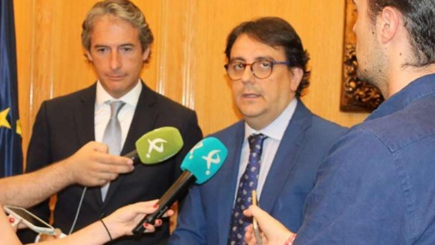 El consejero de Sanidad y Políticas sociales, José María Vergeles, y el ministro de Fomento, Iñigo de la Serna, firman el convenio que prorroga un año el Plan Estatal 2013-2016