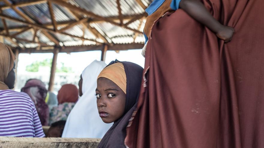 Varios pacientes esperan para inscribirse en el Centro de Nutrición Terapeútica en Damboa, en el estado de Borno, en el noreste de Nigeria. Desde julio de 2016, equipos de MSF trabajan en la zona tratando a los pacientes y mejorando la situación del agua y el saneamiento. Tres clínicas funcionan diariamente en tres campamentos diferentes: la mayoría de los pacientes atendidos, especialmente niños, presentan síntomas de malnutrición aguda severa, malaria, diarrea y otras enfermedades relacionadas con la higiene. En Nigeria, 4,4 millones de personas necesitan alimentos. El conflicto entre Boko Haram y el Ejército nigeriano ha obligado a 2,6 millones de personas a huir de sus hogares en Borno. Los desplazamientos de población internos han dado pie a una crisis alimentaria sin precedentes. © Ikram N'gadi