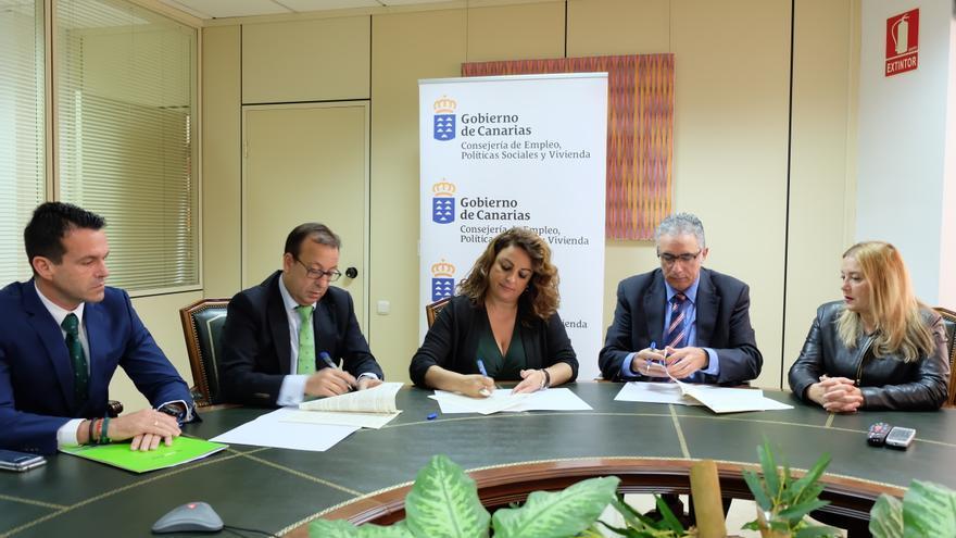 Momento de la rúbrica del acuerdo entre Cajasiete, la Consejería de Vivienda y Visocan, este lunes en Santa Cruz de Tenerife