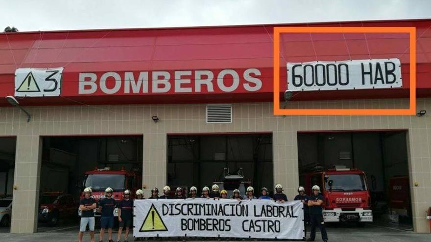 """Los bomberos de Castro Urdiales portan una pancarta que denuncia """"discriminación laboral"""""""