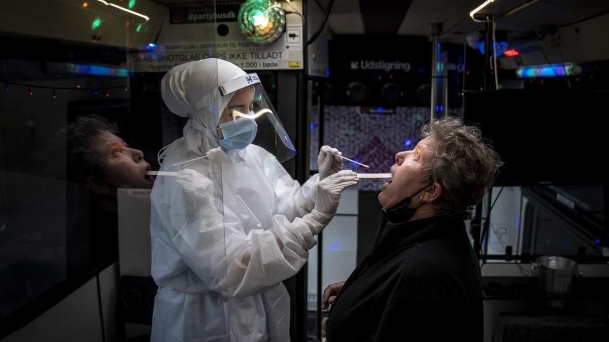 Una mujer se hace una prueba PCR en Ishoej, Dinamarca, el 23 de febrero de 2021.