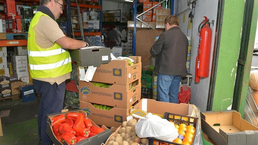 El supermercado Terencio, de El Hierro, preparando lotes de alimentación para menores de los comedores escolares (EFE)