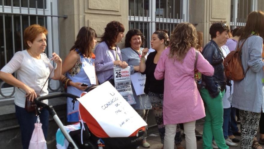 Profesores de colegios concertados protestan frente a la sede del Parlamento vasco.