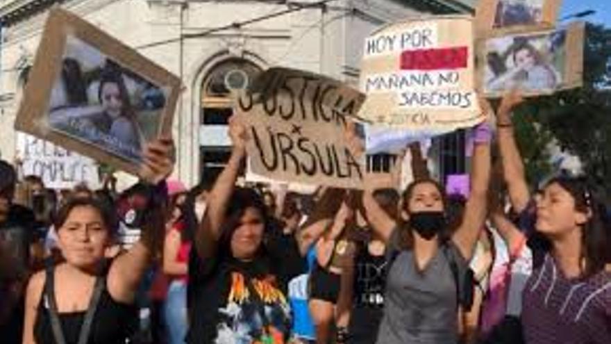 En Rojas piden justicia por Ursula Bahillo de 18 años asesinada por su ex novio policía a quien había denunciado por violencia de género.