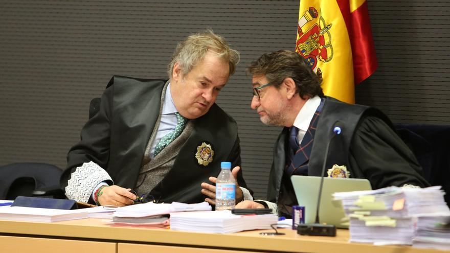 El juez Carlos Vielba habla con Salvador Alba durante el juicio por el caso Faycán. (ALEJANDRO RAMOS)