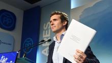 El vicesecretario de Comunicación del PP, Pablo Casado, muestra un trabajo de su máster
