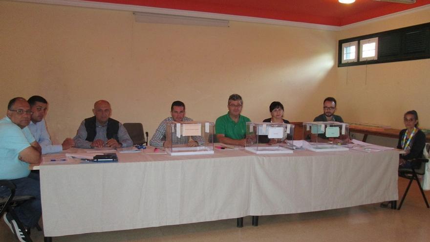 En la imagen, miembros de la mesa electoral A situada en la Casa de la Cultura de Mirca. Foto: LUZ RODRÍGUEZ.