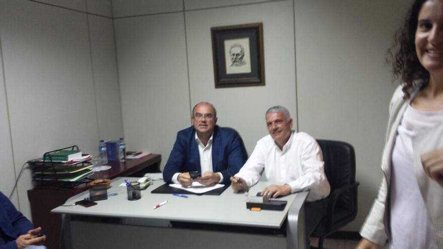 Anselmo Pestana y Manuel Marcos Pérez, este domingo, en la sede del PSOE.