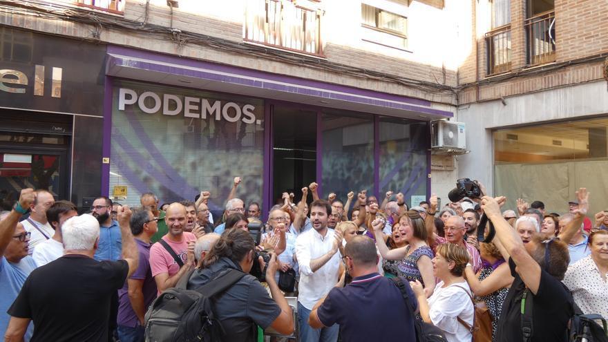 Javier Sánchez Serna, líder de Podemos Región de Murcia, con los asistentes a la asamblea