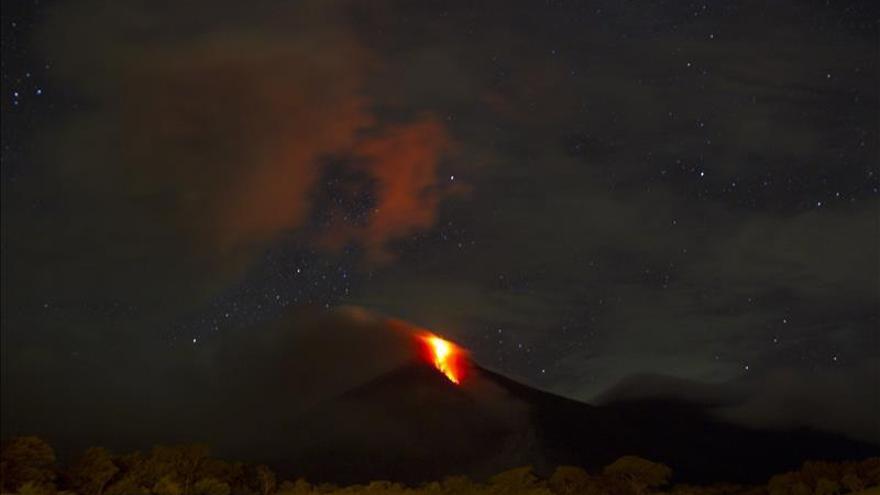 Sube la actividad del volcán de Fuego en Guatemala y puede iniciar erupción