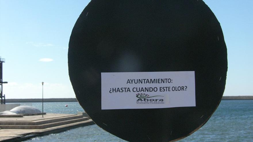 Cartel de protesta contra los vertidos en la rambla de Almería