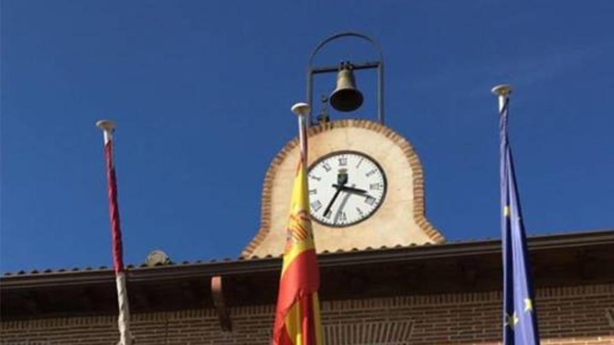 Bandera 'trans' ondeando en el Ayuntamiento de Marchamalo