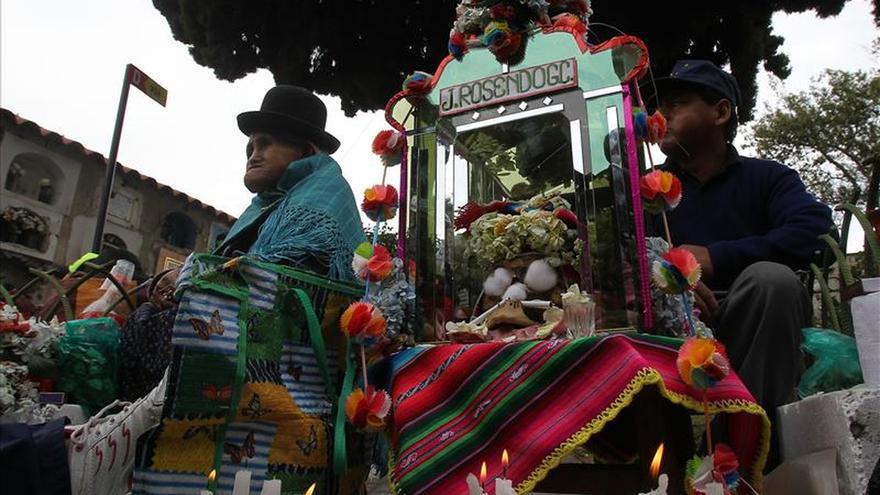 La Paz honra sus calaveras para festejar la vida en un cementerio abarrotado