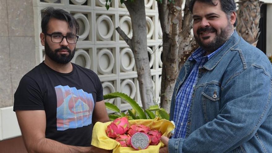 Simón Moreno y Antonio Hernández con varias pitahayas.