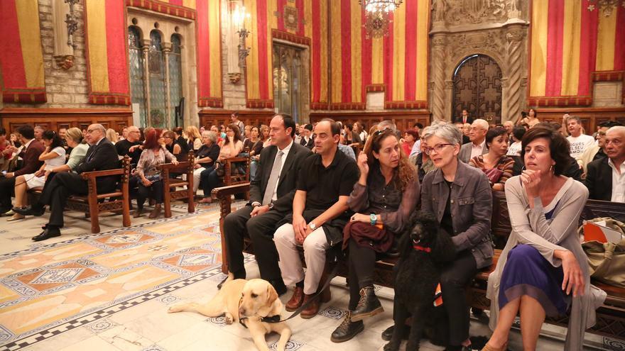 Algunos perros asistieron al acto en la Sala de Cientos del Ayuntamiento de Barcelona.