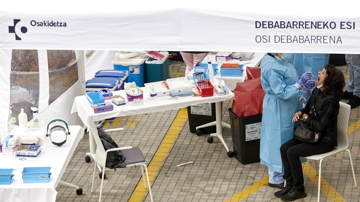 Personal sanitario realiza pruebas PCR de detección de coronavirus en una carpa instalada en las inmediaciones del Hospital Osakidetza Eibar Guipuzkoa, Euskadi (España)