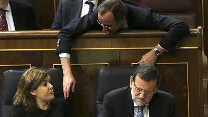 La vicepresidenta, Soraya Sáenz de Santamaría, el preisdente Rajoy y el ministro de Sanidad, Alfonso Alonso.