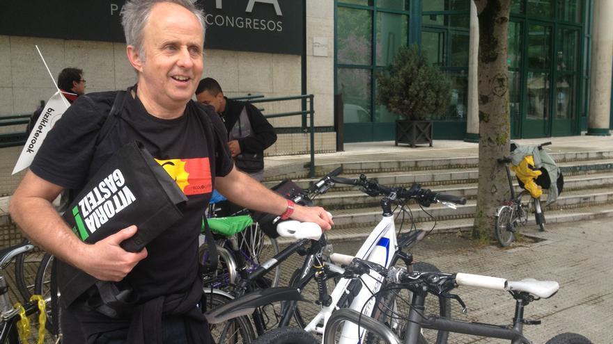 Mariaño Reaño, miembro de Ciclojuristas, en las afueras del Palacio Europa.