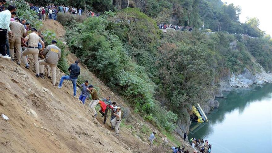 Al menos 16 muertos y 28 heridos al caer un autobús a un río en la India