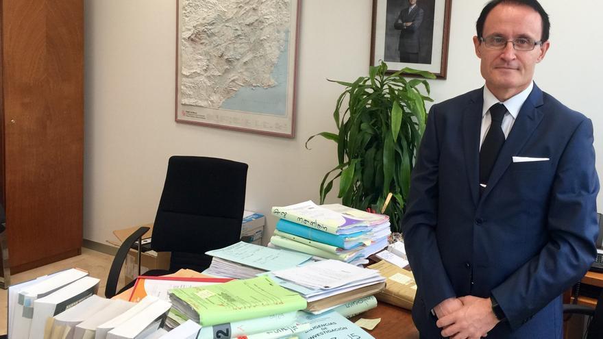 José Luis Díaz Manzanera ante su mesa de la Fiscalía, repleta de papeles / MJA