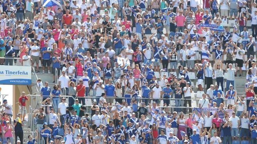 Aficionados del CD Tenerife en el Heliodoro Rodríguez López.