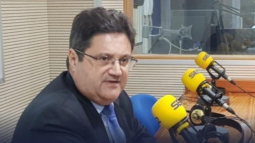 Corviniano Clavijo en los estudios de la Cadena Ser.