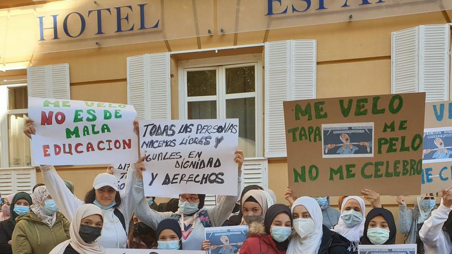 Un centenar de personas protestan frente a un instituto en Guadalajara por prohibir la entrada a una alumna con velo