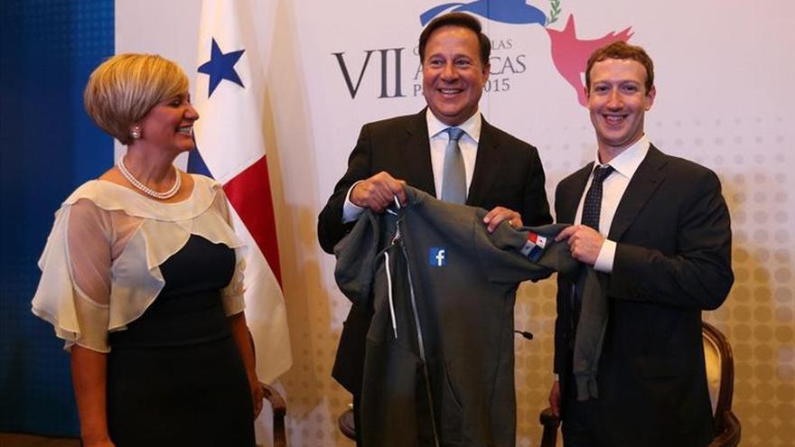 Mark Zuckerberg y el presidente de Panamá, Juan Carlos Varela, en la cumbre empresarial II CEO Summit of the Americas.