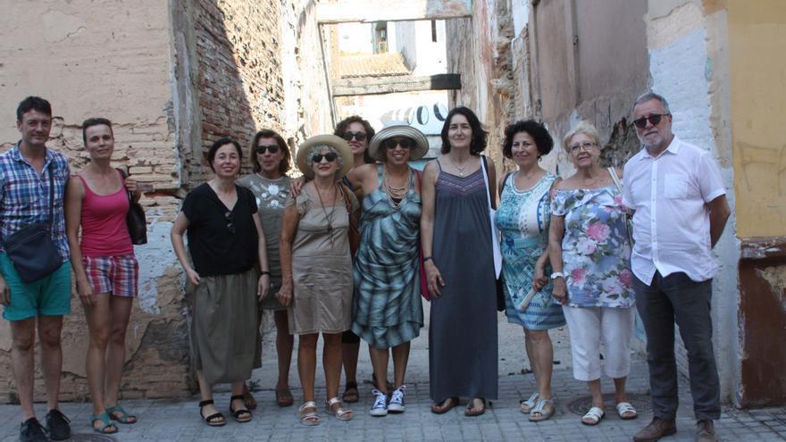 La exminsitra Ángeles González-Sinde (cuarta por la derecha), junto a vecinos del barrio