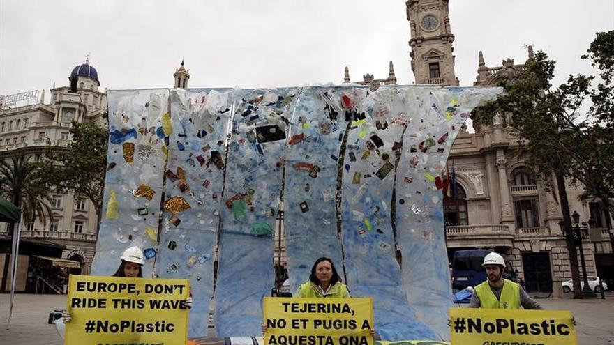 Greenpeace inicia una campaña contra los residuos plásticos en los océanos