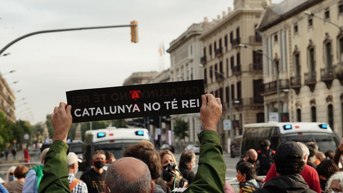 Protesta frente a la Estación de Francia de Barcelona por la presencia de Felipe VI
