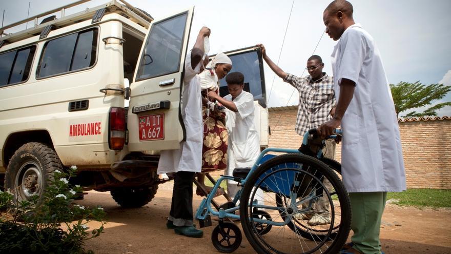 La introducción de un sistema de traslado en ambulancia y de servicios obstétricos de urgencia en Burundi y en Sierra Leona se ha traducido en una reducción considerable de los riesgos de fallecimiento por complicaciones ligadas al embarazo. Traslado de una mujer embarazada al centro de referencia de Kabezi, Burundi. Fotografía: Sarah Elliott