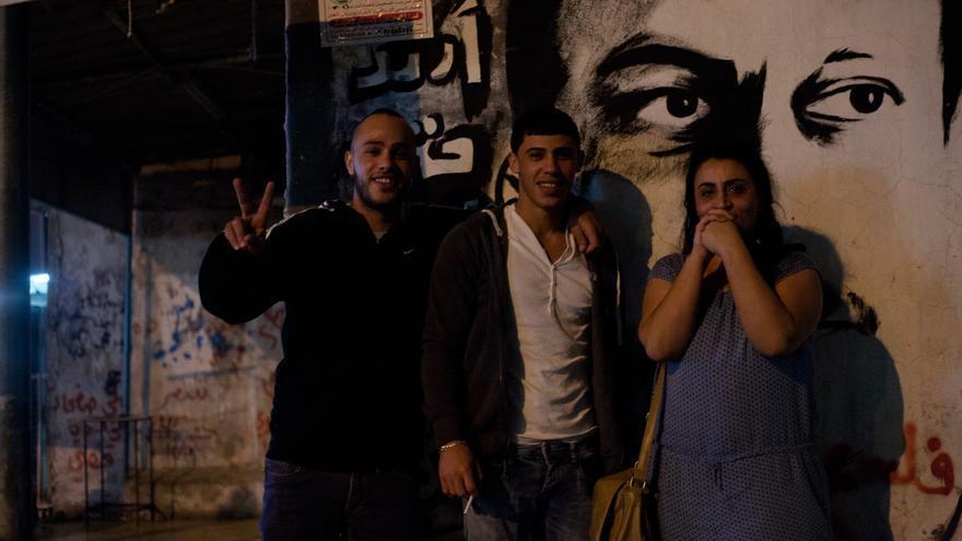 Refugiados del Dheisheh disfrutan de una noche de Ramadán. Nisreen Mashal posa con unos amigos / Marta M.Losa