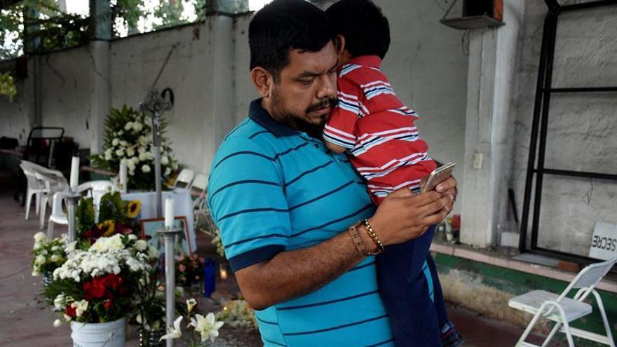 Fotógrafo agradece a soldado que lloró al hallar a su familia entre escombros