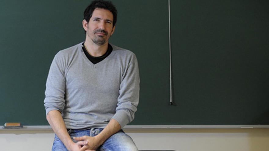 César Bona posa para la entrevista. Foto: Nuria González. UPV/EHU