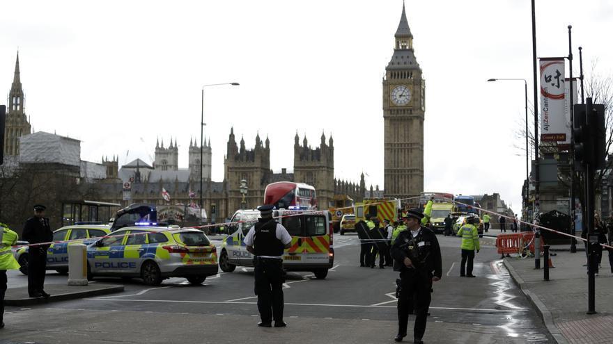 La policía cierra el Puente de Westminster, junto al Parlamento británico