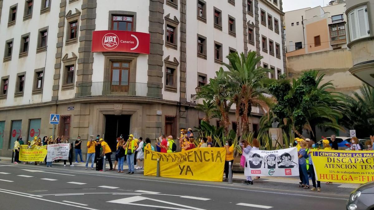 Protesta de trabajadores públicos ante las sedes de UGT y CCOO en Las Palmas de Gran Canaria.