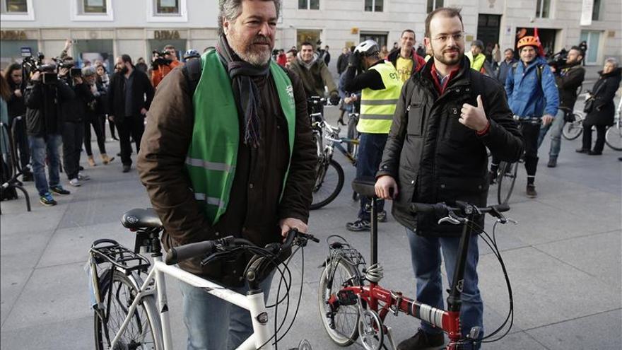 Los diputados de Equo llegan en bici a la sesión constitutiva del Congreso
